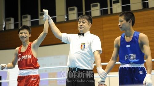 インターハイ・ボクシング競技3回戦で判定勝ちし、喜ぶ神戸朝高の梁成秀選手(左)