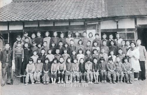 瀬戸朝鮮人小学校の第1期生と教員たち