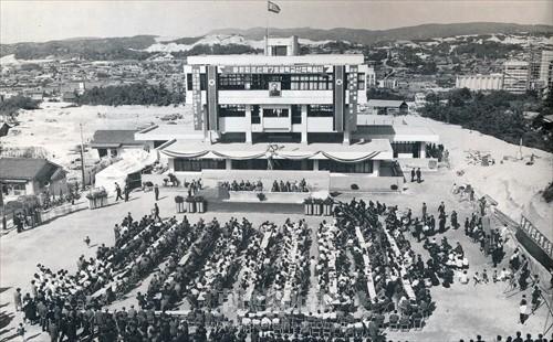 1967年に行われた新校舎の落成式