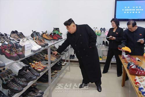 류원신발공장을 현지지도하신 김정은원수님(조선중앙통신)