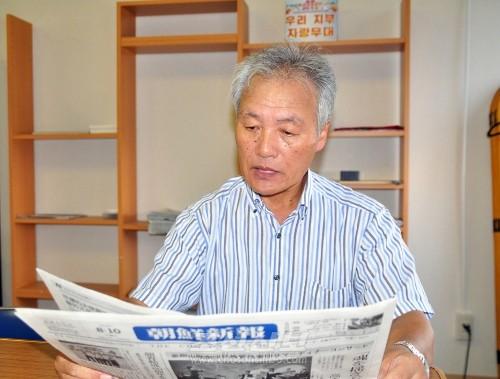 《조선신보》를 배포해온 나날을 돌이키는 박성필씨(촬영-리동호기자)
